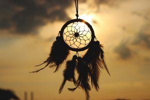 chakras et plumes dans le vent