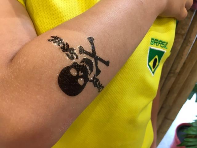pirate et tête de mort en tatouage ephemere